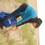 R 4 Netzreste aus dem Sand gezogen